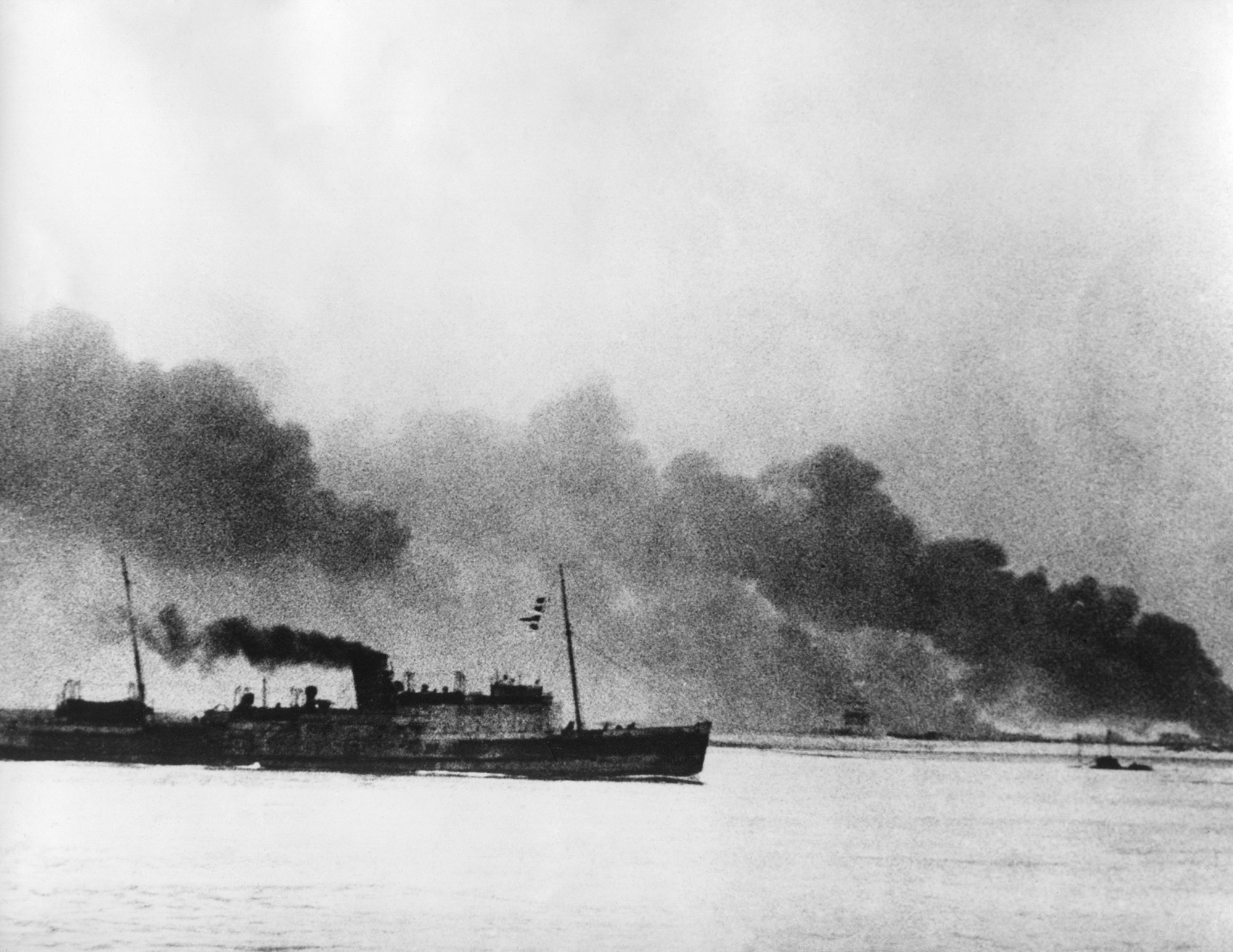 Image ship-leaving-dunkirk-carrying-defeated-british
